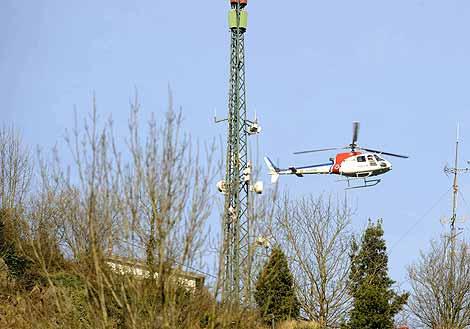 Un helicóptero de la Ertzaintza sobrevuela la zona del repetidor. (Foto: Reuters)