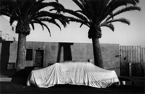 'Funda de coche. Long Beach, California', una de las fotos del libro de Robert Frank 'Los americanos'.