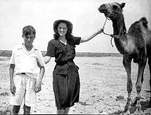 El escritor con su tía en 1950.