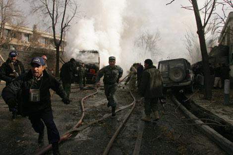 La policía afgana corre tras explotar una bomba en Kabul. (Foto: Xinhua)