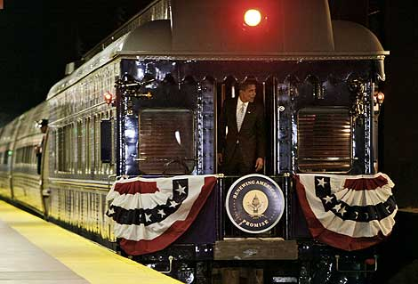 Obama, en el tren que le llevará a Washington. (Foto: AP)