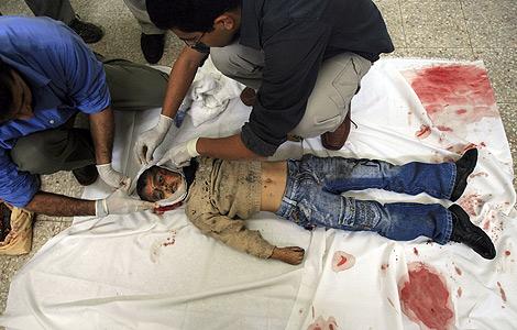 Cadáver de un muchacho palestino de la familia Al Batran, que perdió a cinco de sus miembros en un ataque israelí. (Foto: AP)