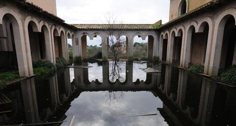 Un gran estanque conecta los edificios de la casa. (Foto: Pep Vicens)