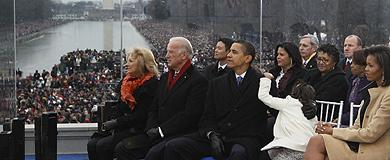 Obama, su familia y el vicepresidente, Joe Biden, en el Lincoln Memorial. (AP)