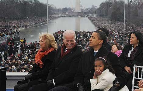 Obama, junto a su familia y al senador Joe Biden. (Foto: AFP)