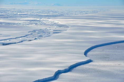 Imagen de la plataforma de hielo Wilkins quebrándose en la costa de la península Antártica. (Foto. REUTERS/BAS)