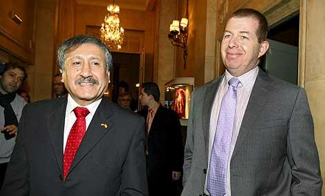 El delegado general en España de la Autoridad Nacional Palestina, Musa Amer Odeh, y el embajador de Israel en España, Raphael Schutz. (Foto: EFE)