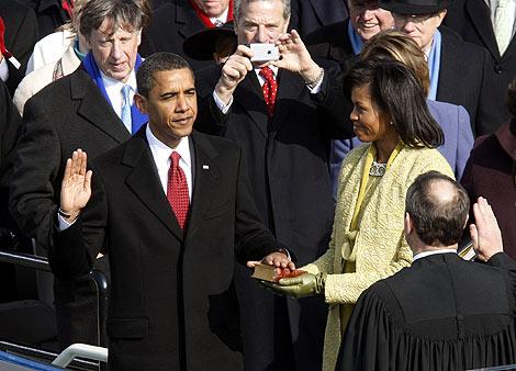 El nuevo presidente de EEUU, Barack Obama, jura su cargo ante el presidente del Tribunal Supremo y su esposa Michelle. (Foto: REUTERS)