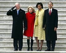 Obama, Biden y sus esposas despiden al presidente Bush en el Capitolio. (Foto: REUTERS)