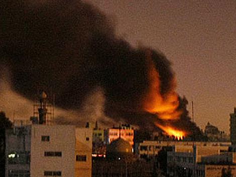 Fuego y humo sobre los edificios de Gaza tras un ataque aéreo israelí. (Foto: AFP)