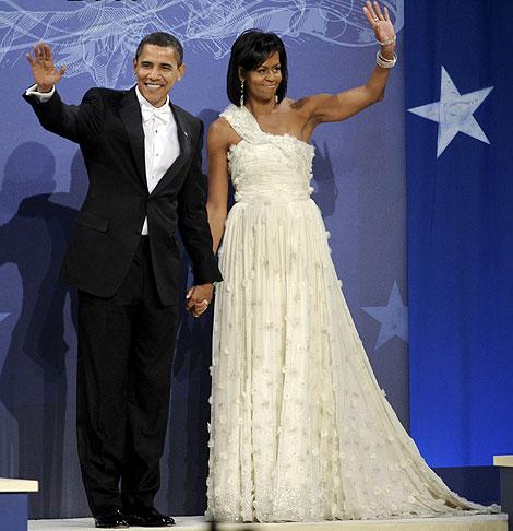 Obama, saluda junto a su esposa, Michelle, al llegar al Baile del Biden Home States. (Foto: EFE)