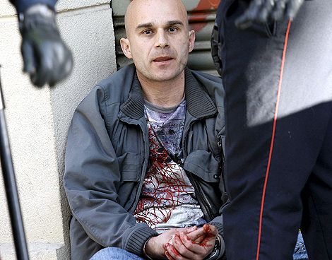 El agresor, retenido por la policía tras atacar a su ex pareja. (foto: Xavier Bertral | Efe)