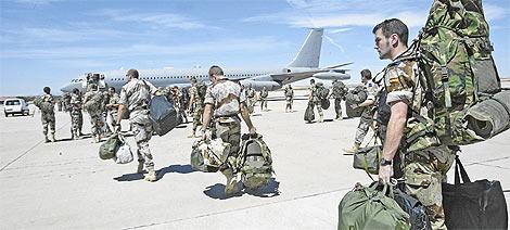 Militares con base en Pontevedra parten hacia Afganistán. (Foto: Antonio Heredia)