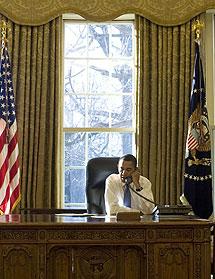 Obama habla por teléfono desde el Despacho Oval. (AFP)