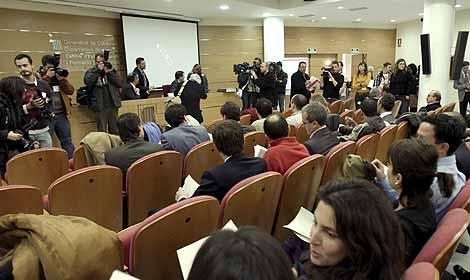 Una reunión de jueces y magistrados para decidir si van a la huelga. (Foto: EFE)