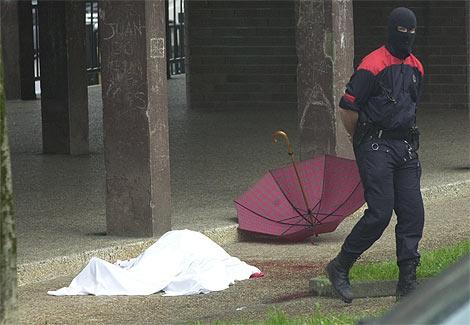 El cádaver del periodista, tapado con una sábana el día de su asesinato. (Foto: Justy)