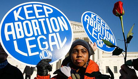 Una activista pro-aborto, ante la Corte Suprema en Washington. (AFP)
