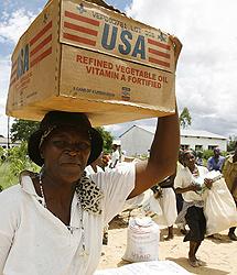 Una mujer zimbabuense recibe ayuda internacional | AP