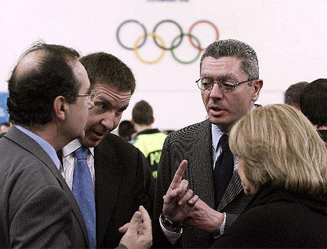 Gallardon charla con el Fiscal Jefe de Madrid, Manuel Moix (2i.), que investiga la supuesta trama de espionaje de la Comunidad y la delegada del Gobierno, Soledad Mestre. (Villanueva)