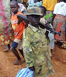 Un niño soldado del Congo en una imagen tomada en 2003   AFP