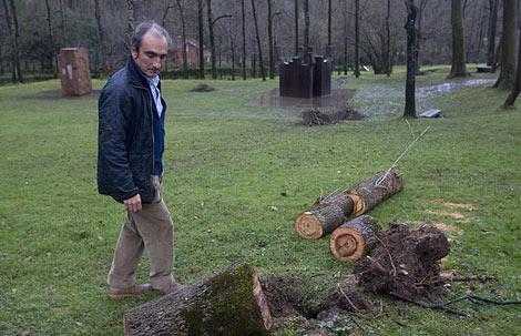 Luis Chillida muestra los destrozos de Txillida Leku por el temporal. (Foto: Justy)