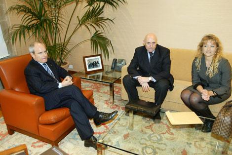 Montilla y el presidente de la comunidad israelí, Teodoro Burdman y Sophie Haziot. | Domènec Umbert
