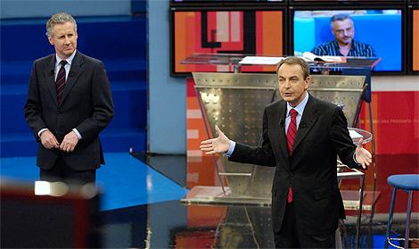 Rodríguez Zapatero y, a la izquierda, Lorenzo Milá, durante el programa . | Fotos: EFE