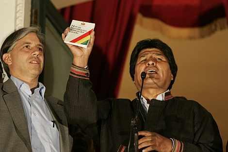 Morales, con el texto constitucional, este domingo.   EFE