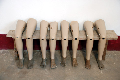 varias prótesis esperando dueño en la sede de la ONG COPE. | David Jiménez