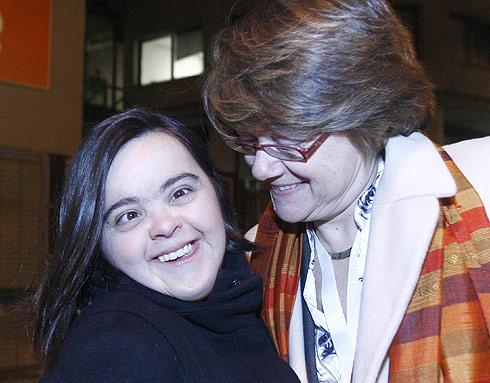 Izaskun con su madre, tras salir del programa. / Alberto di Lolli