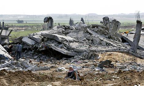 Un palestino, junto a los restos de su casa destruida.   AFP