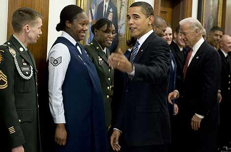Obama y Biden saludan a los trabajadores del Pentágono durante su visita.   Reuters