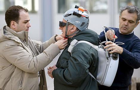 Un hombre ciego prueba el prototipo de la Universidad Politécnica de Valencia. | EFE