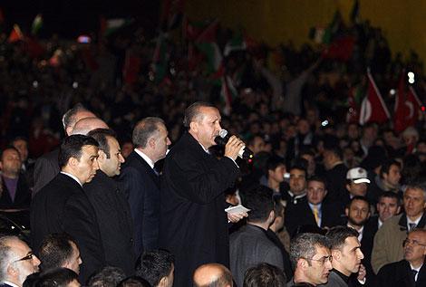 El primer ministro turco a su llegada al aeropuerto de Estambul.   Reuters