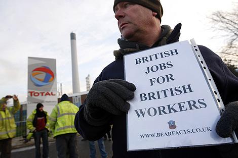 Uno de los trabajadores, durante la protesta. | Ap