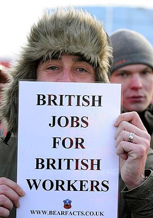 Un manifestante porta el lema que popularizó el propio Brown. | Reuters