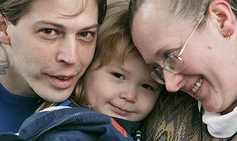 El pequeño Adolf Hitler, rodeado de sus padres, Heath y Deborah Campbell. | AP