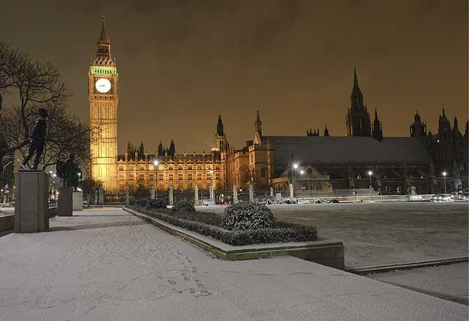 La plaza del Parlamento cubierta de nieve. (Foto: EFE)