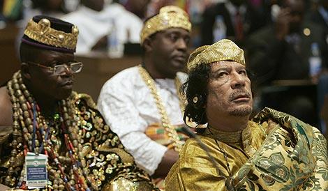 Gadafi, a la derecha, en la capital etíope. | Reuters