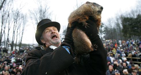 Un hombre levanta a la marmota Phil en Punxsutawney (Pensilvania, EEUU). | REUTERS