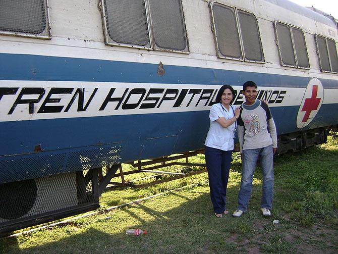 Una médica pediatra junto a uno de los pacientes de este tren hospital de la fundación ALMA. (Foto: ALMA)