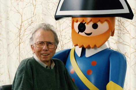 Beck, junto a una de sus criaturas. | AFP