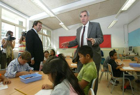 El consejero de Educación, Ernest Maragall, y el alcalde Hereu, en una escuela | Antonio Moreno