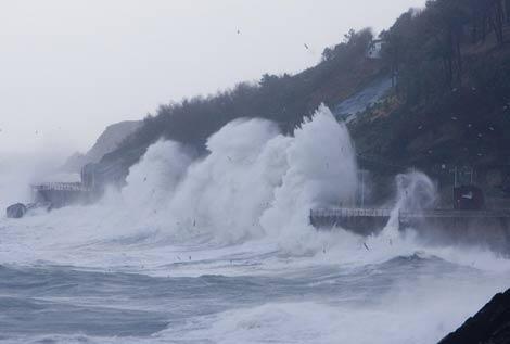 Imagen de unas olas rompiendo contra el Paseo Nuevo de San Sebastián, cerrado al tráfico debido al temporal. (Foto: Justy García Koch)