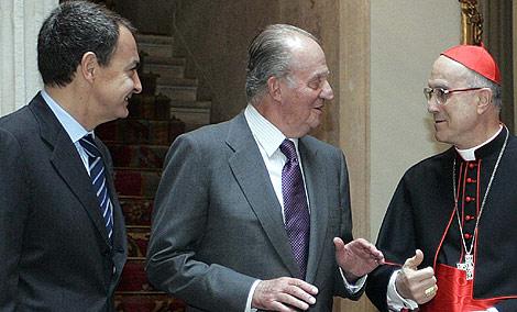 El Rey y Zapatero charlaron ayer con Bertone. | Diego Sinova