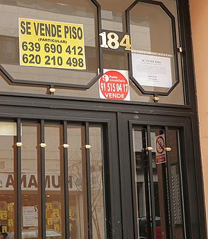 Cartel de 'Se Vende' en un portal madrileño | elmundo.es