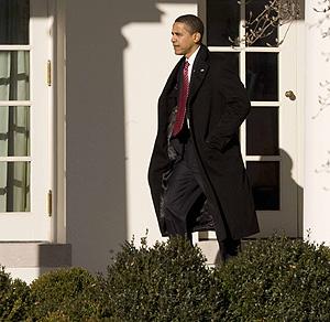 Obama camina hacia el despacho oval de la Casa Blanca.   Reuters