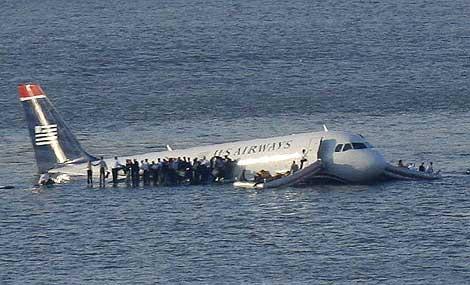Los pasajeros permanecen en las alas del avión mientras esperan que les rescaten.   Foto: Reuters