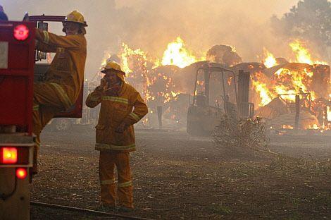 Los bomberos tratan de sofocar las llamas.   AFP