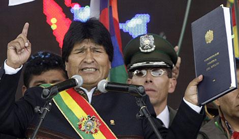 Morales, con la Carta Magna en la mano. | Reuters
